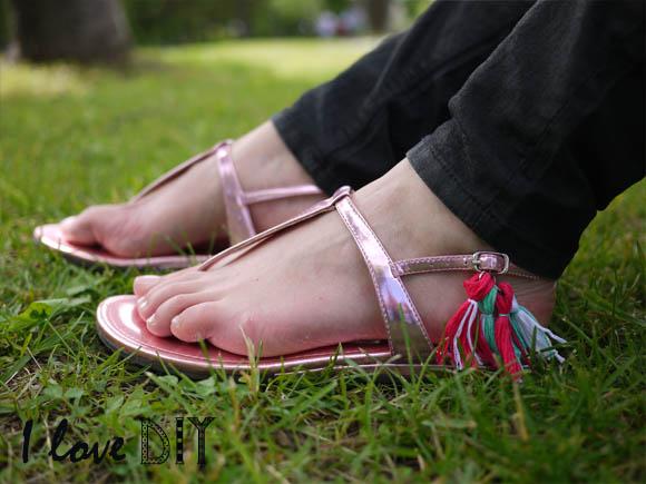 ilove les sandals pompom