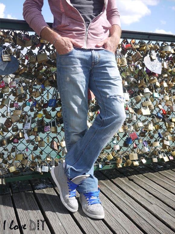 un homme heureux avec son nouveau jean