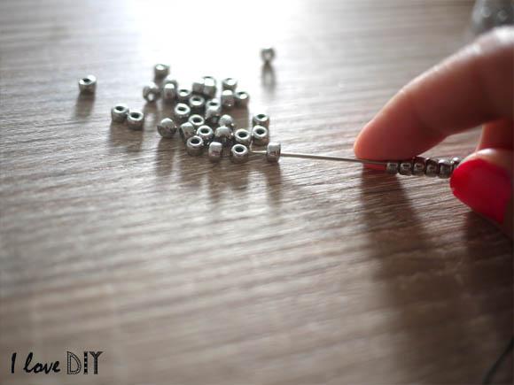 passer les perles a l aide d une aiguille