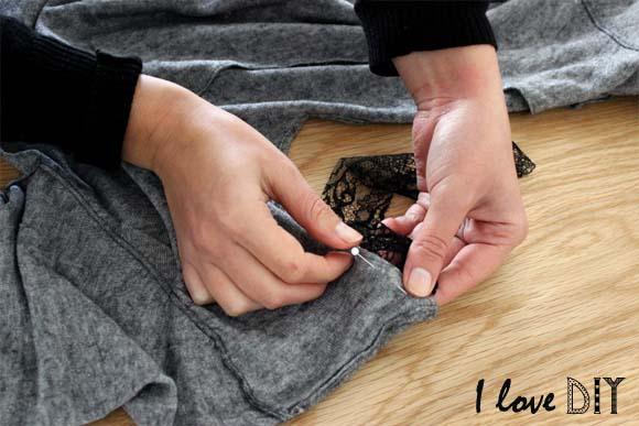 épinglez la bande de dentelle sur le dos du pull