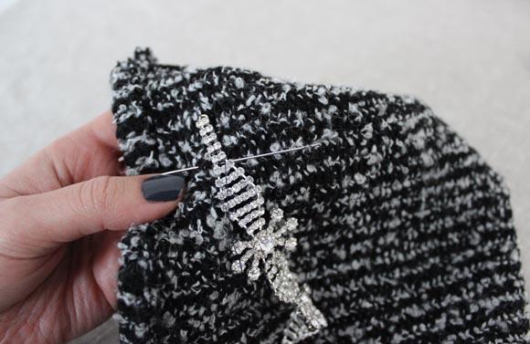Coudre le bracelet pour customiser un bonnet avec des strass facilement