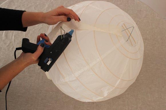 continuez a coller la dentelle sur la boule japonnaise