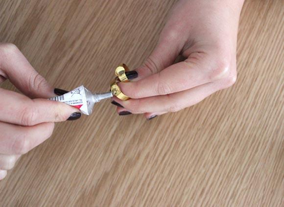 appliquez la colle sur les supports de bague