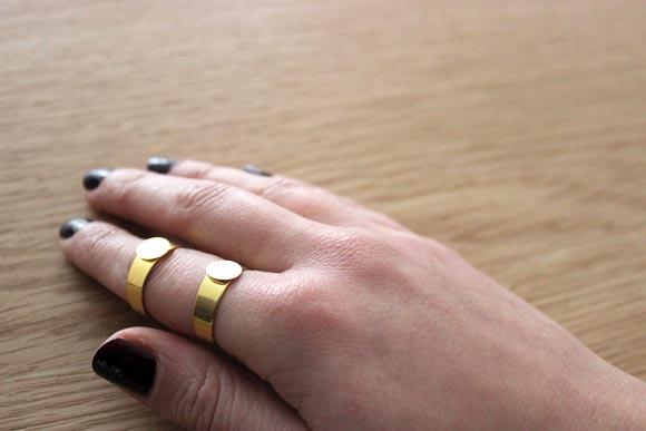 placez les 2 bagues sur vos doigts