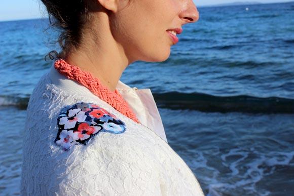 customisé une veste en dentelle avec des appliques de fleurs