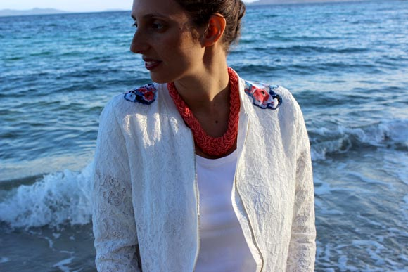 customisé une veste en dentelle avec des appliques de fleurs3