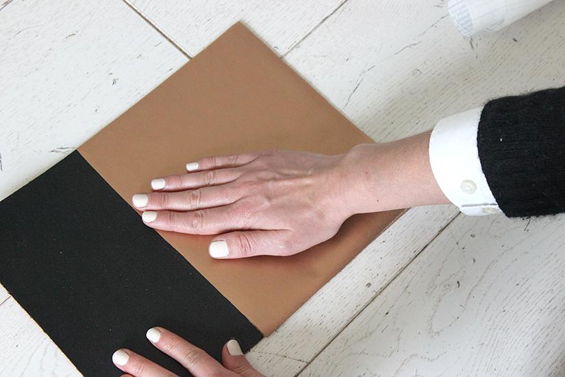 bien lisser le papier autocollant cuivre avec le dos de la main