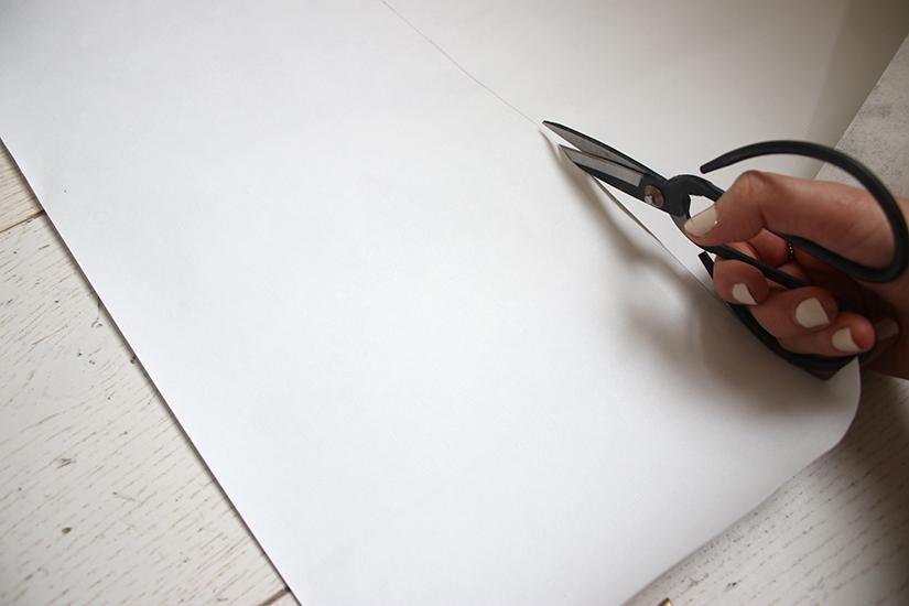 couper-le-papier-effet-marbre-pour-un-semainier-marbre