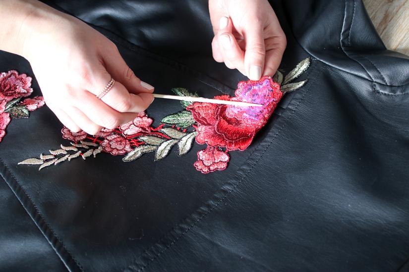 coller les appliques floral pour perfecto diy