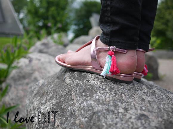 DIY sandals pompom