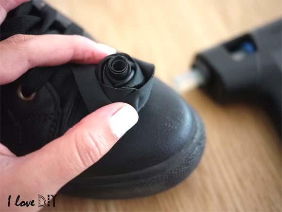 coller la fleur sur la chaussure