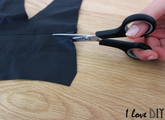 découpez un morceau de cuir suivant les mesures prises précédemment