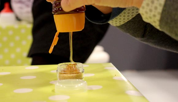 verser du miel dessus