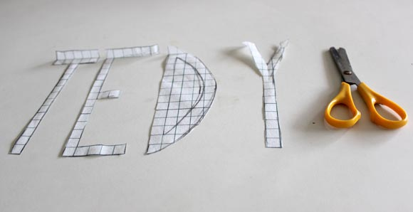 decouper des lettres dans du papier quadrillé