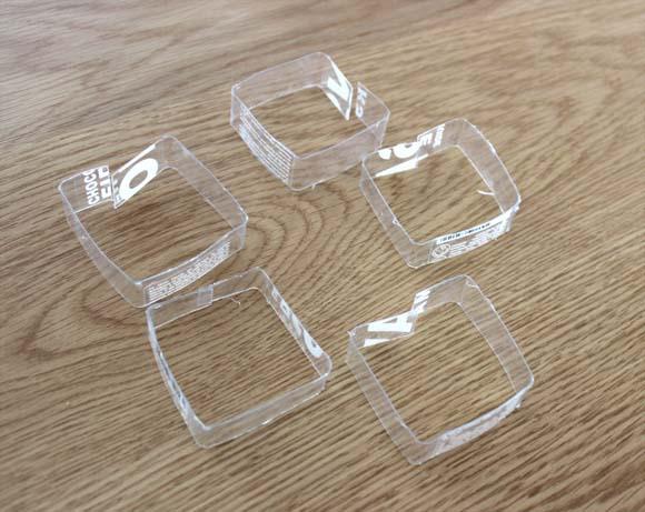 des bracelets en recyclant une bouteille en plastique