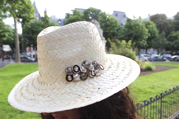 customiser un chapeau en paille avec des boutons the kooples