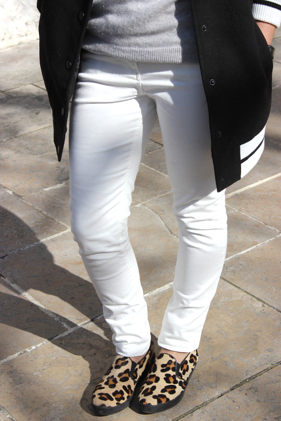 pantalon blanc et chaussures panthere