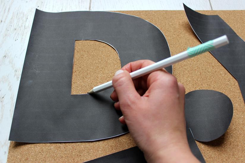 decalquer les lettres sur du liege pour un moodboard diy