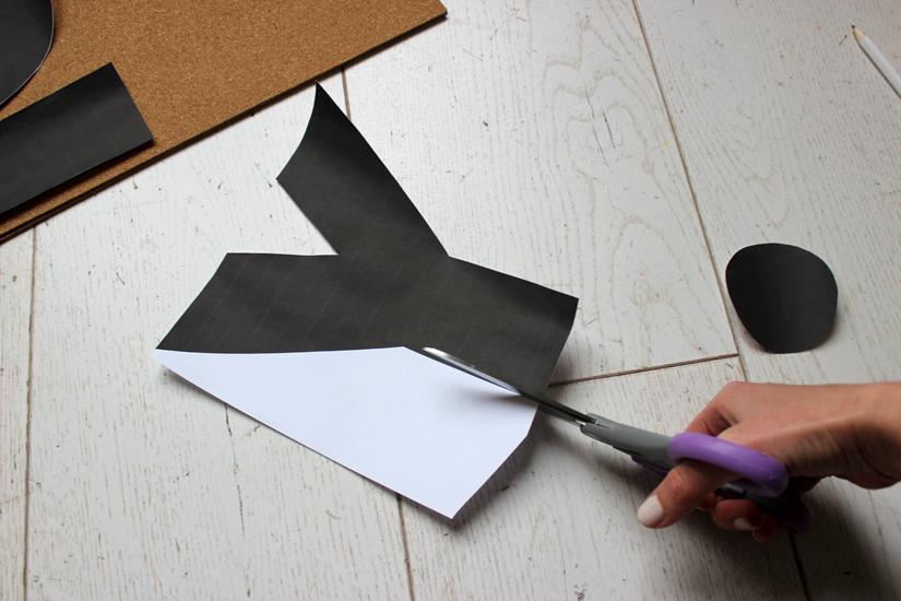 decoupez des lettres pour personnaliser un tableau en liege