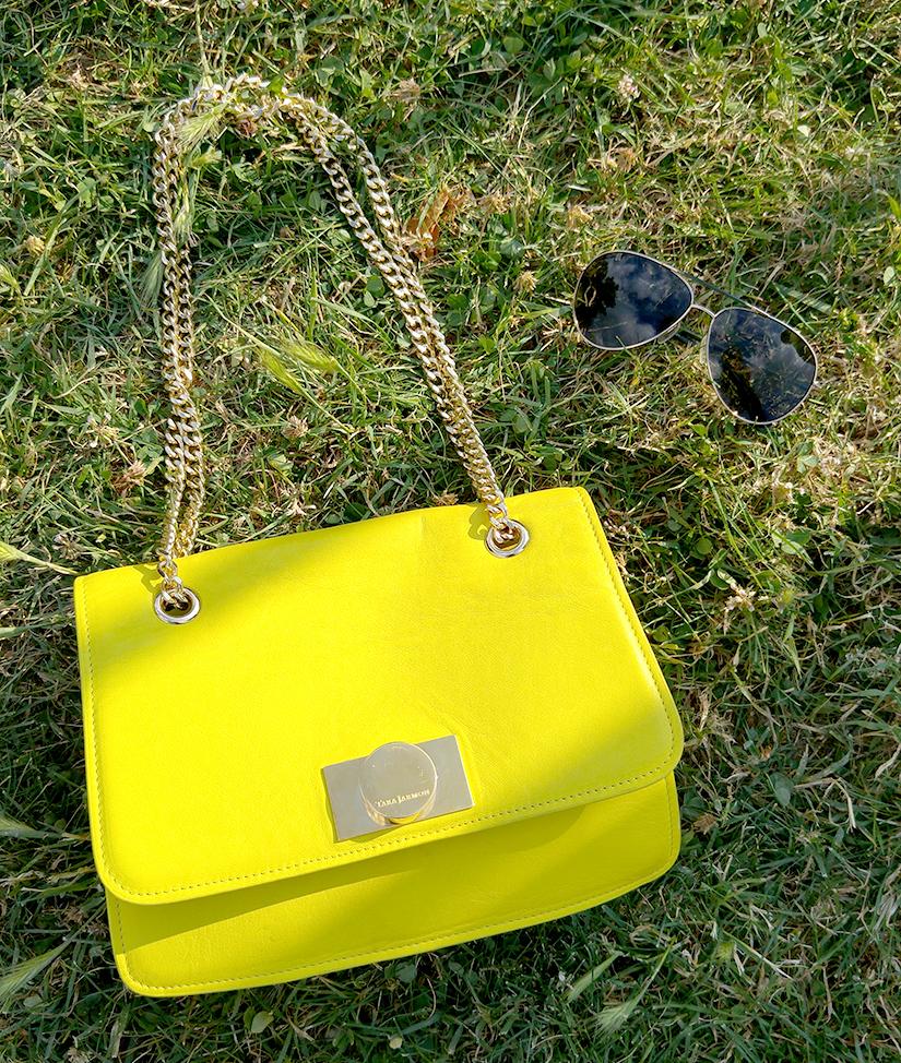 accessoires d ete sac jaune tara jarmon lunette ck pilote