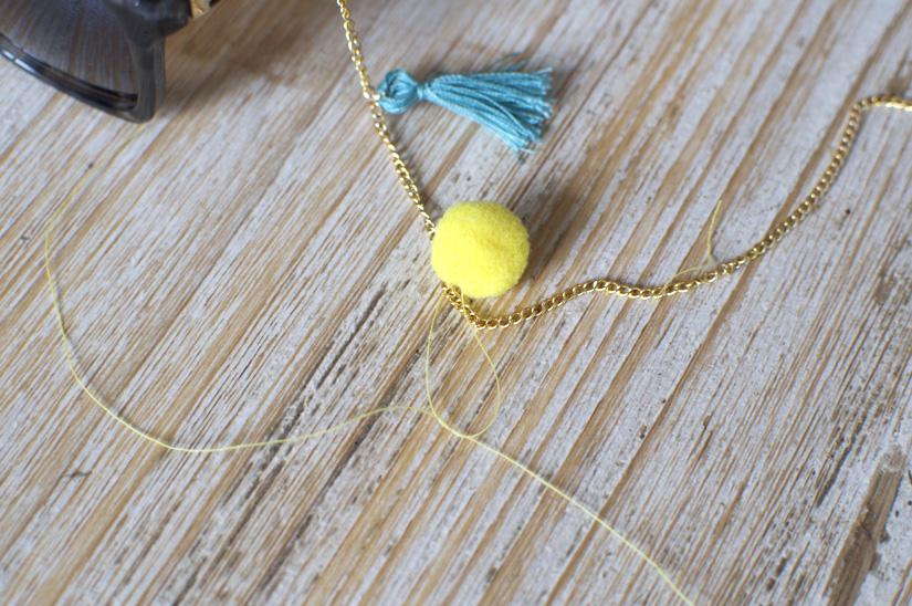 fixer un pompon rond sur une chaine