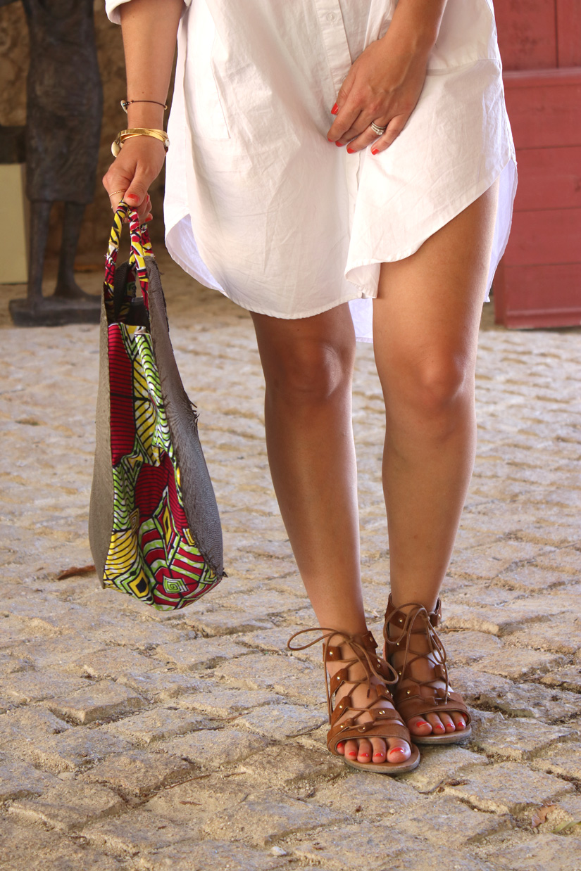 look spartiate et chemise blanche