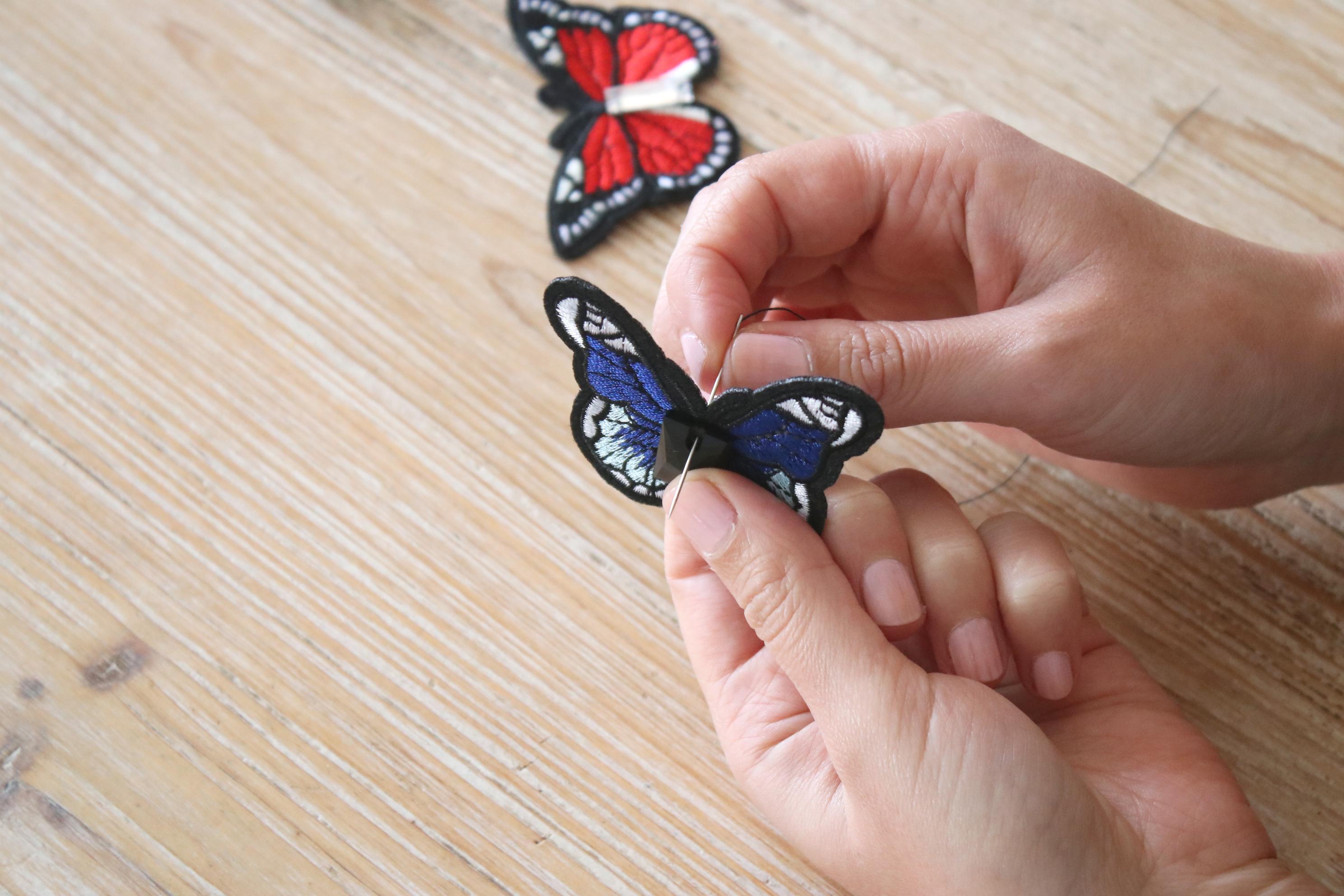 2 - Coudre les strass sur le papillon